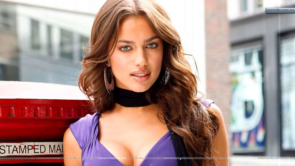 Cute Smile of Irina Shayk Wallpaper